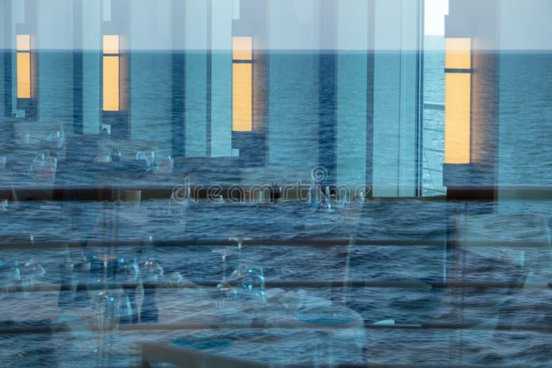 Bezinning van oceaan in vensters van restaurant van cruiseschip royalty-vrije stock afbeelding