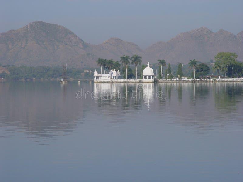 Bezinning van paleis in meer royalty-vrije stock foto