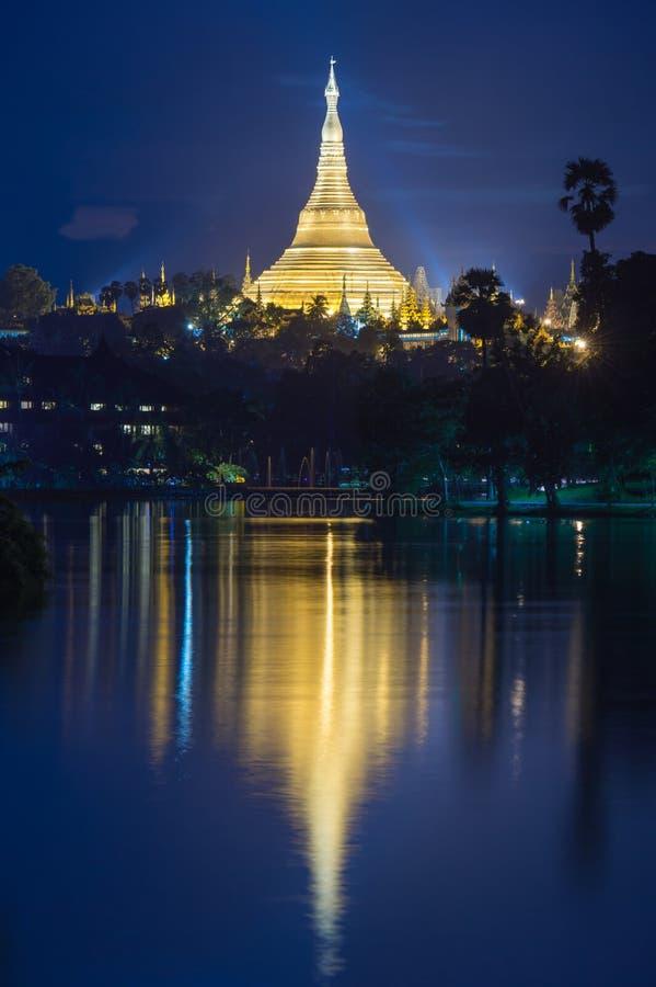 Bezinning van Shwedagon-pagonda royalty-vrije stock foto's