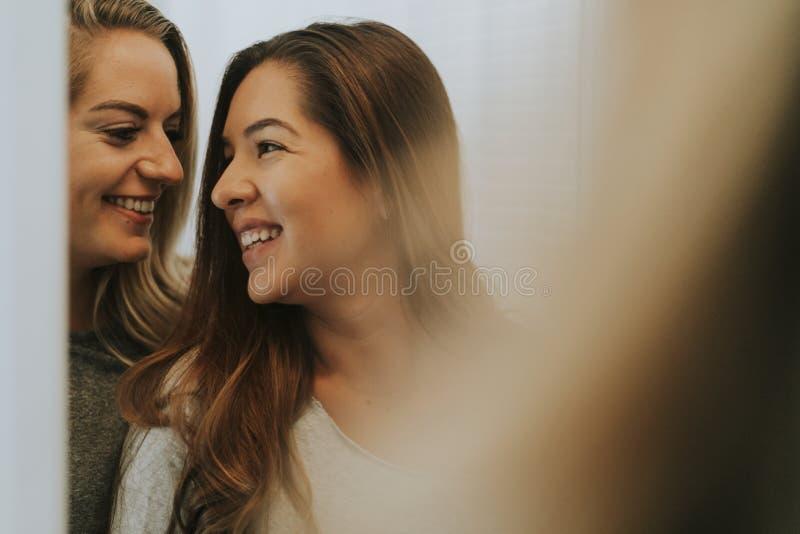 Bezinning van twee gelukkige meisjes royalty-vrije stock afbeelding