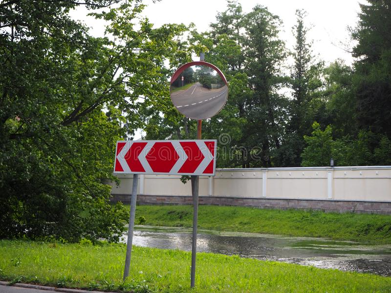 Bezinning van weg in de verkeersveiligheidsspiegel stock fotografie