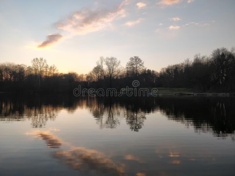 Bezinning van wolken in water bij zonsopgang of zonsondergang royalty-vrije stock foto