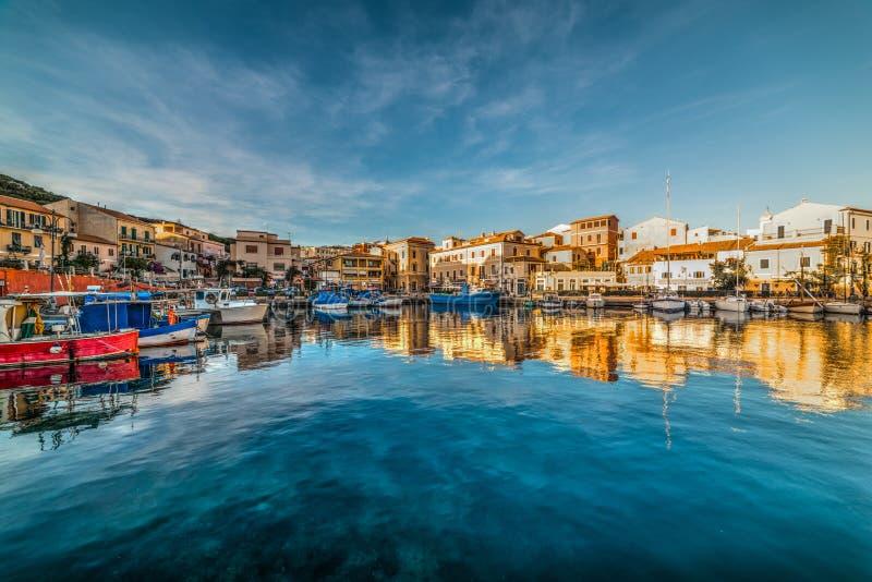 Bezinningen in de haven van La Maddalena bij zonsondergang stock foto's