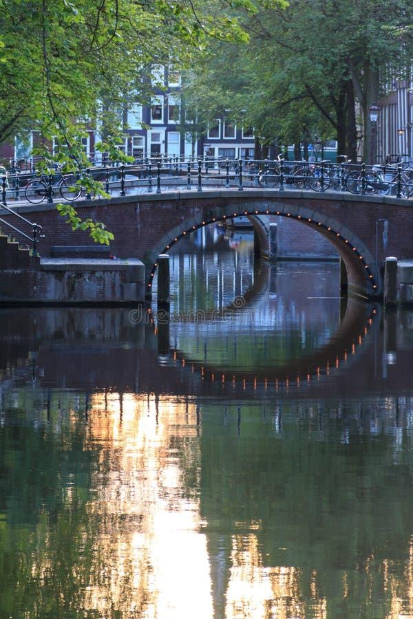 Bezinningen in het kanaal van Amsterdam stock afbeelding