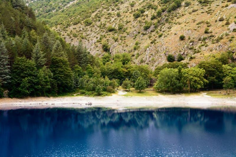 Bezinningen in het meer van San Domenico in de Kloven van Sagitta stock afbeelding