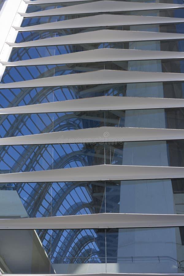 Bezinningen in het venster van de stad van de wetenschap van Valencia royalty-vrije stock foto