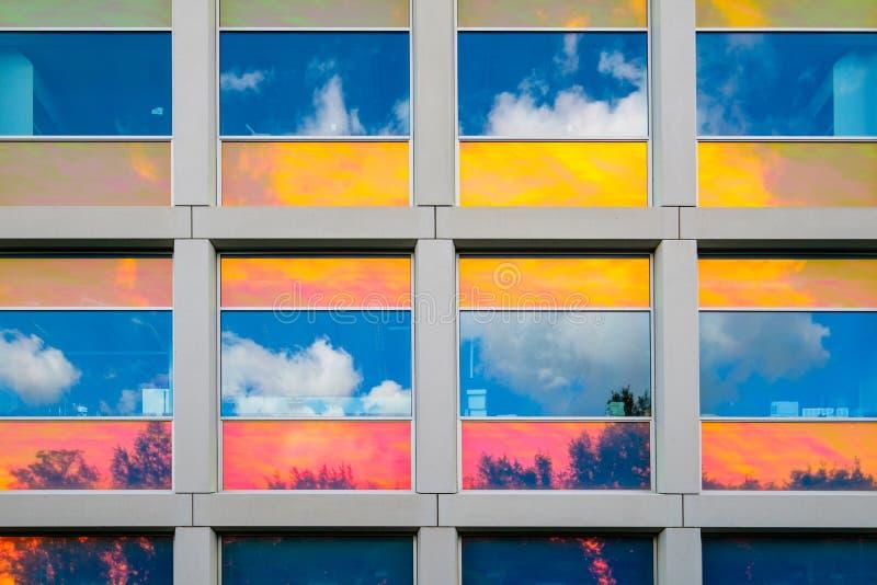 Bezinningen in kleurrijke met een laag bedekte vensters stock afbeeldingen