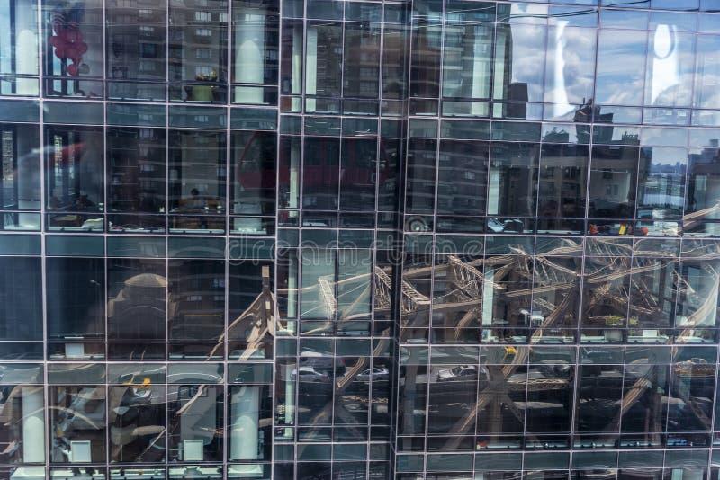 Bezinningen over de glasvoorgevel van een wolkenkrabber als abstracte achtergrond stock fotografie