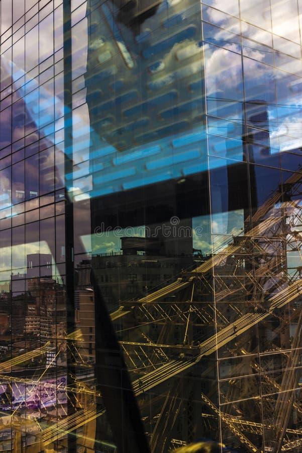 Bezinningen over de glasvoorgevel van een wolkenkrabber als abstracte achtergrond stock afbeeldingen