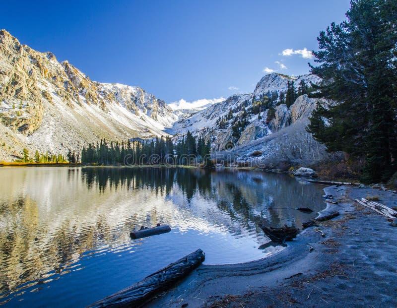 Bezinningen over Fern Lake, dichtbij Juni-Meer, Californië royalty-vrije stock afbeeldingen