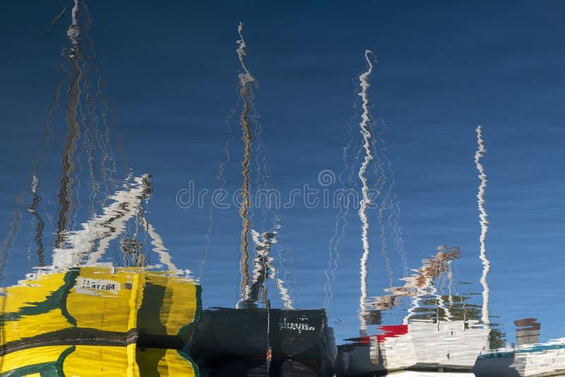 Bezinningen van één enkele varende boot, Île D 'Oléron stock foto