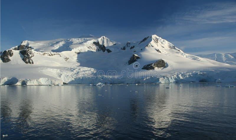 Bezinningen van berg met gletsjers royalty-vrije stock afbeelding