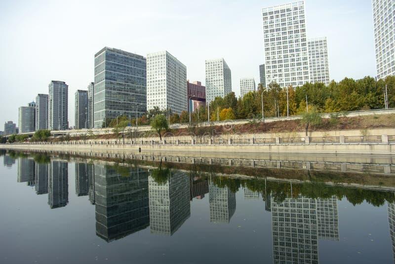 Bezinningen van commerci?le gebouwen en rivieren stock foto's