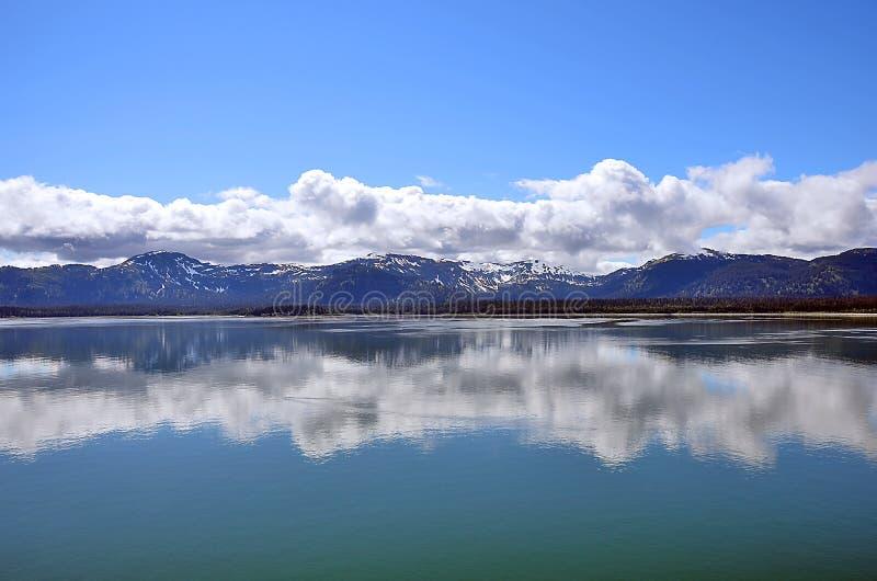 Bezinningen van de het landschaps de blauwe hemel van Alaska in water royalty-vrije stock fotografie