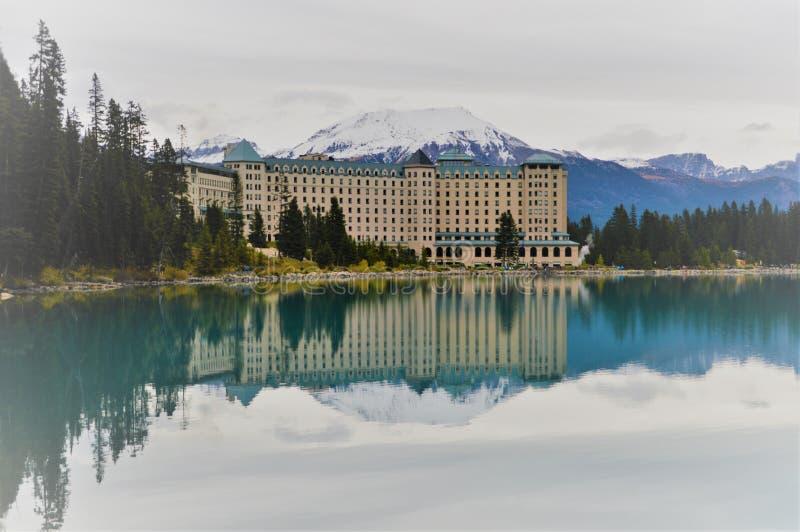 Bezinningen van Meer Louise Lodge, Canada stock foto's