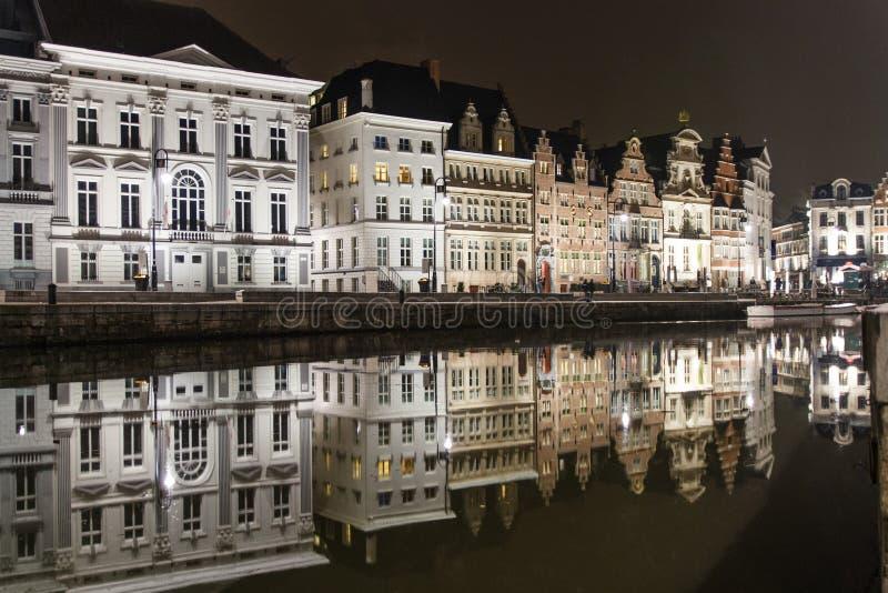 Bezinningen van middeleeuwse gebouwen in een kanaal in Gent stock afbeeldingen