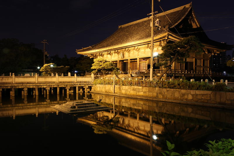 Bezinningen van Rokujidou-Zaal in Shitennoji-Tempel in Osaka, Jap stock foto