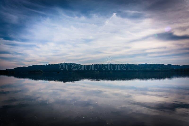 Bezinningen van wolken in de Susquehanna-Rivier, in Colombia, Pen royalty-vrije stock fotografie