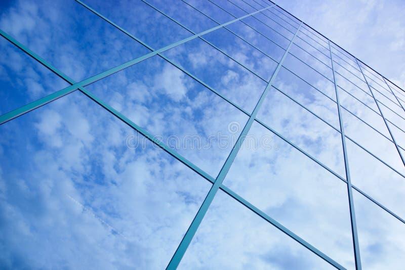 Bezinningen van wolken en blauwe hemel in voorzijde stock foto