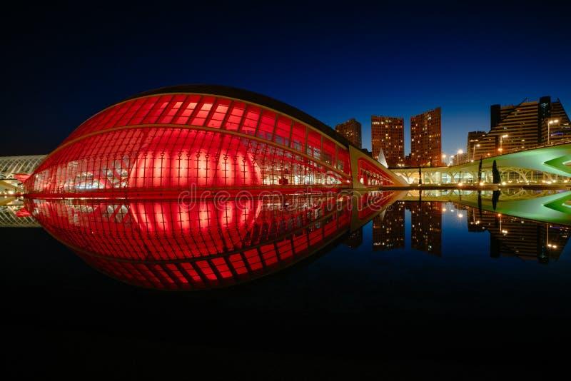 Bezinningen in water na zonsondergang in stad van kunst en wetenschap Valencia, Spanje stock afbeelding