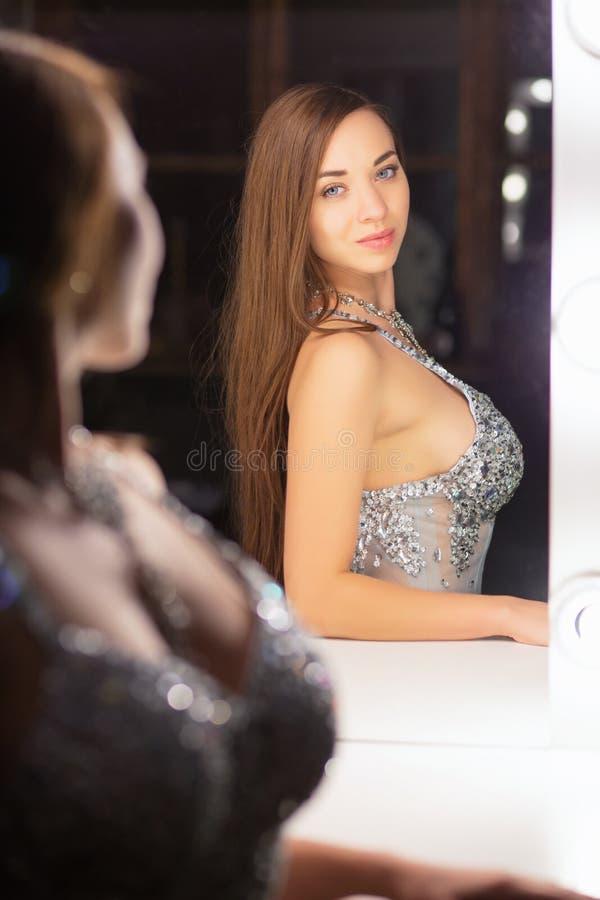 Bezinnings het verleidelijke jonge vrouw stellen in een studio royalty-vrije stock afbeelding