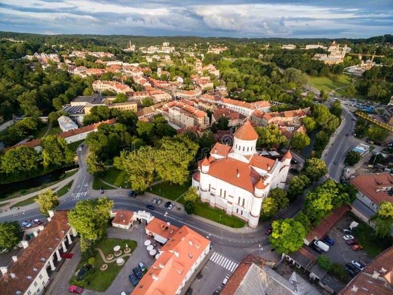 Bezirk und Republik Uzupis in Vilnius, Litauen Ein des berühmten Bezirkes in Vilnius Voll von der Kunstleistung Die Kathedrale lizenzfreies stockbild