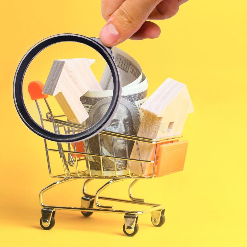 Bezitsinvestering en het financi?le concept van de huishypotheek het kopen, het huren en het verkopen flats De huizen van onroere stock foto's