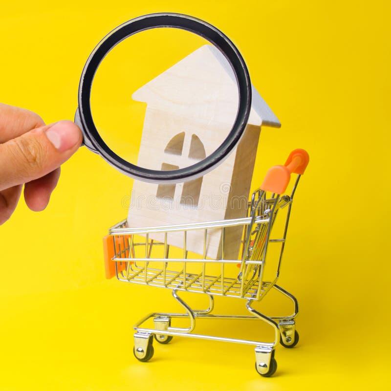 Bezitsinvestering en het financi?le concept van de huishypotheek het kopen, het huren en het verkopen flats De huizen van onroere royalty-vrije stock afbeelding