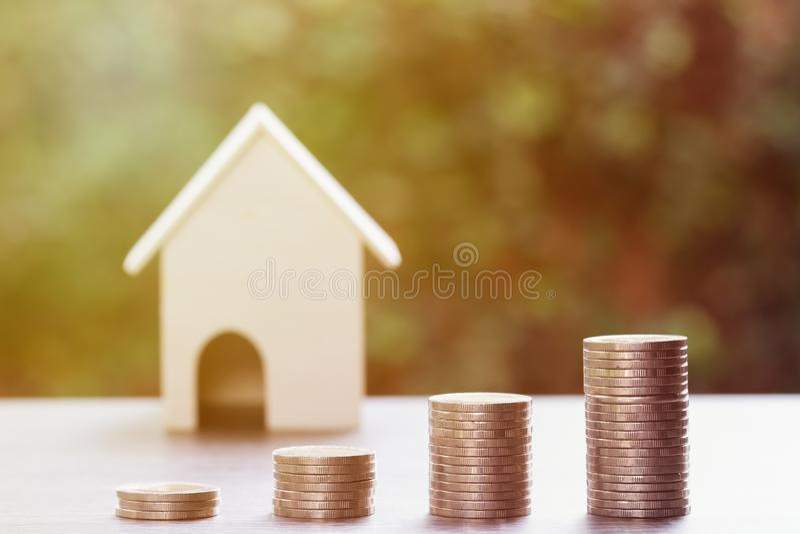 Bezitsinvestering, huislening, omgekeerde hypotheek, Zaken en financieel concept Stapel muntstukken als het groeien van grafiek o stock foto's