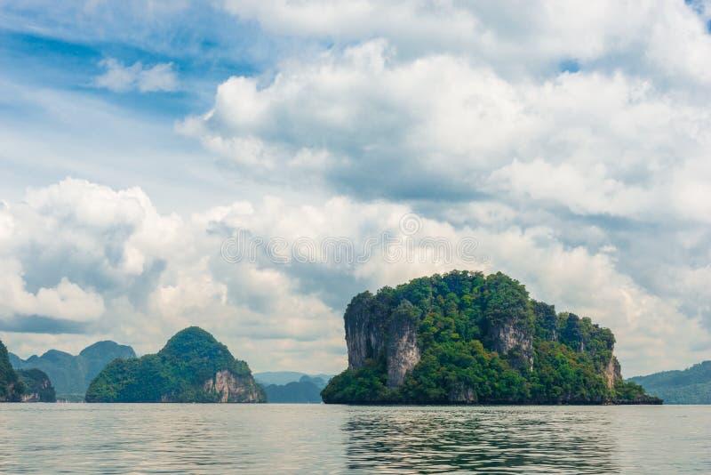 bezludne zielone skaliste wyspy w Tajlandia obrazy royalty free