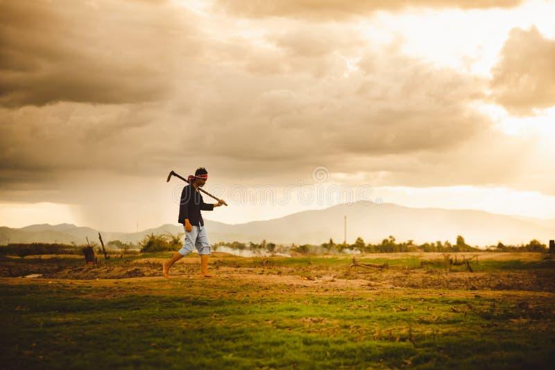 Beznadziejna i osamotniona Średniorolna przewożenie motyka i Globalne ocieplenie kryzys fotografia stock