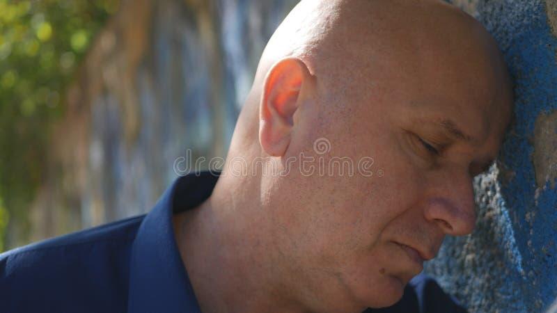 Beznadziejny i Wzburzony osoba pobyt z głową na ściany Odpoczywać obrazy stock