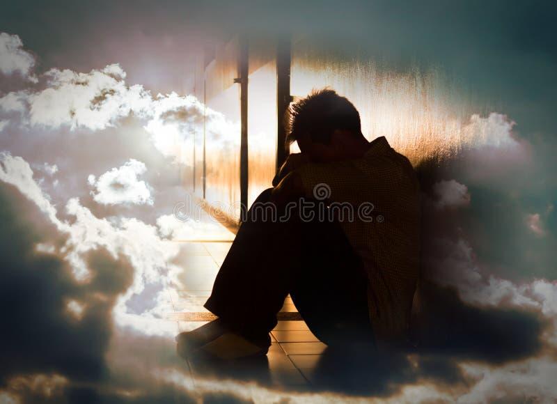 Beznadziejny mężczyzna na surrealistycznym dramatycznym niebie zdjęcie stock
