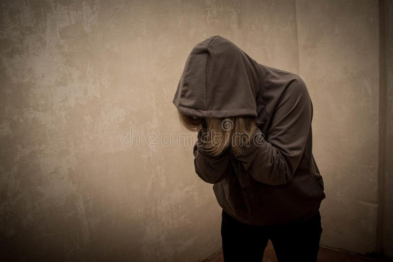 Beznadziejny narkoman iść przez nałogu kryzysu, portret młoda osoba z substanci zależnością obrazy stock