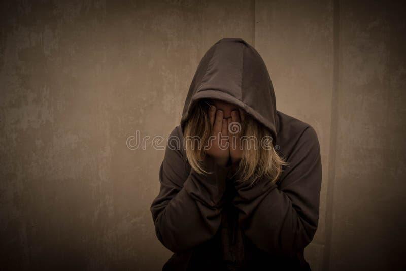 Beznadziejny narkoman iść przez nałogu kryzysu, portret młoda osoba z substanci zależnością zdjęcia royalty free