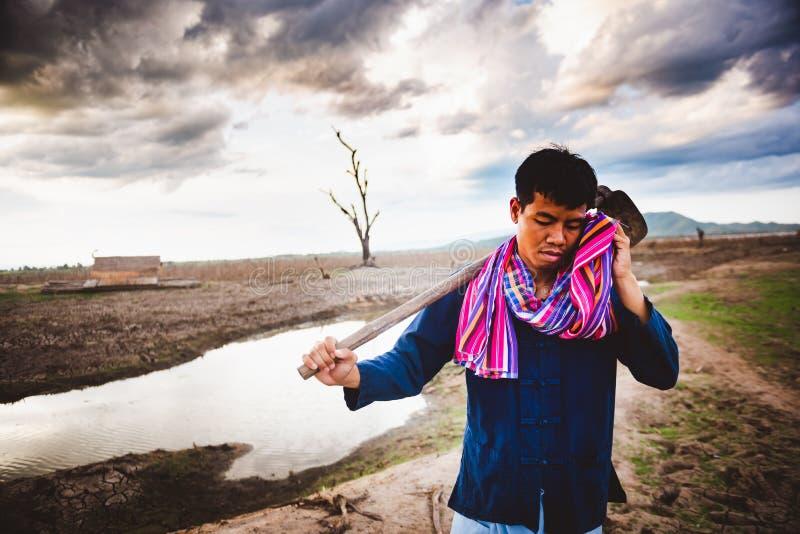 Beznadziejny rolnik próbujący od pracować, mocno upału i, globalne ocieplenie kryzys zdjęcie royalty free