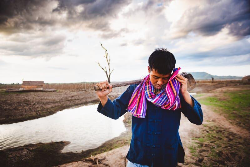 Beznadziejny rolnik próbujący od pracować, mocno upału i, globalne ocieplenie kryzys obraz stock