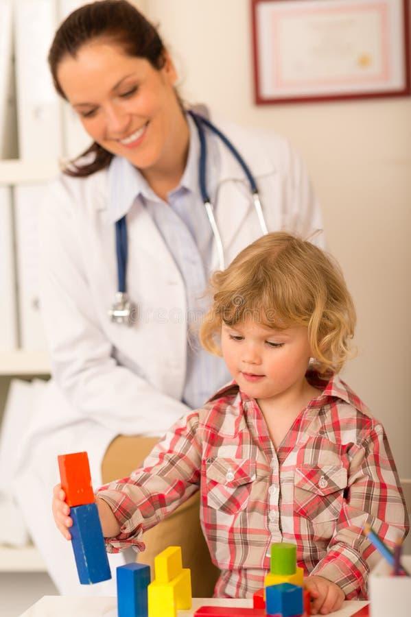 Bezoek bij het meisje van het pediaterkind het spelen stock afbeelding