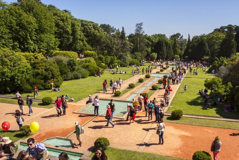 Bezoek de tuinen van Serralves-Huis stock afbeelding
