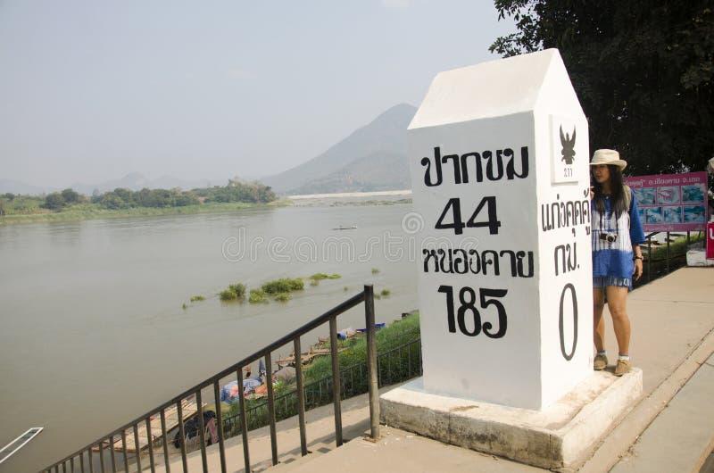 Bezoek van de reizigers nemen het Thaise vrouw en het stellen voor foto met pool bij gezichtspunt van Kaeng Khut Khu royalty-vrije stock afbeelding