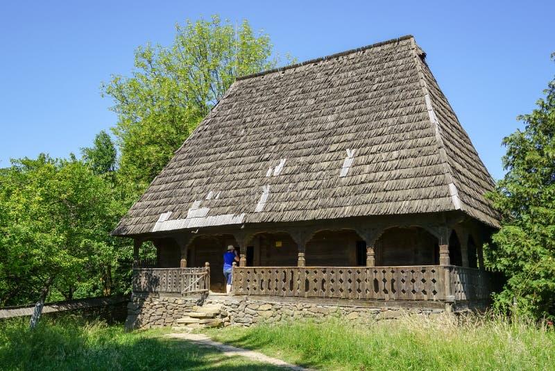 Bezoek van een houten huis in een traditioneel dorp stock foto