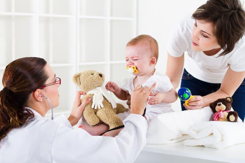 bezoekende pediater   stock fotografie