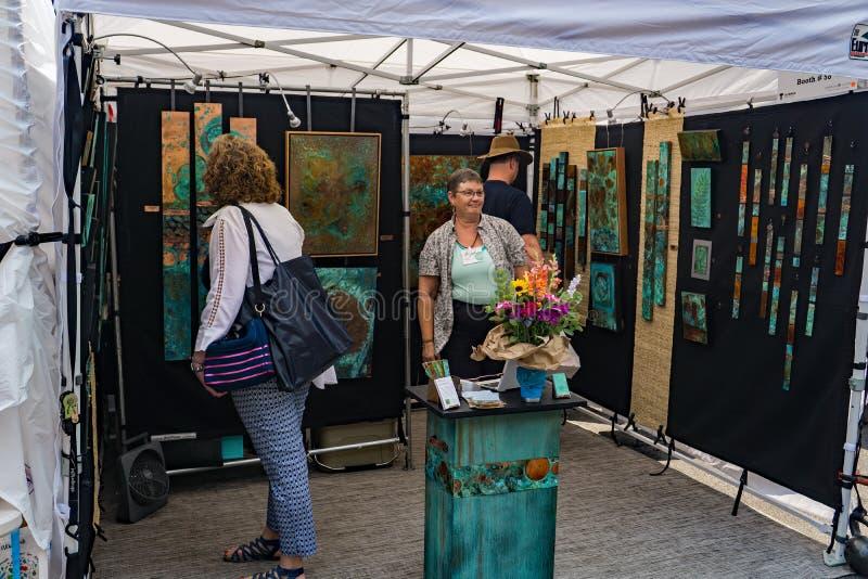 Bezoeker aan een Cabine bij de 61ste Jaarlijkse Stoep Art Show stock afbeeldingen