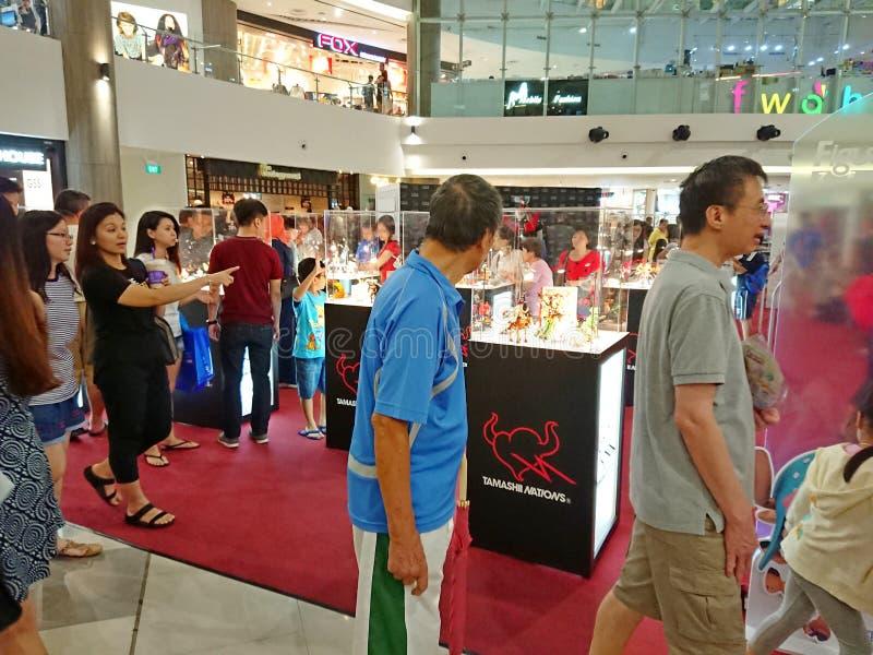 Bezoeker aan een stuk speelgoed markt bij een winkelcomplex stock foto's