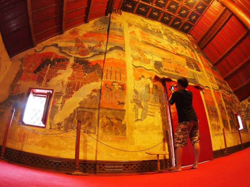 Bezoeker die beeld van het beroemde muurschildering schilderen van noordelijk THAILAND WAT PHUMIN nemen royalty-vrije stock foto