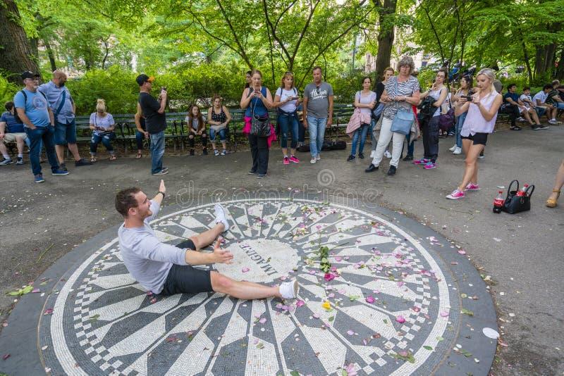 Bezoeker die foto's met het Imagine herdenkingsmozaïek in Central Park nemen stock afbeeldingen