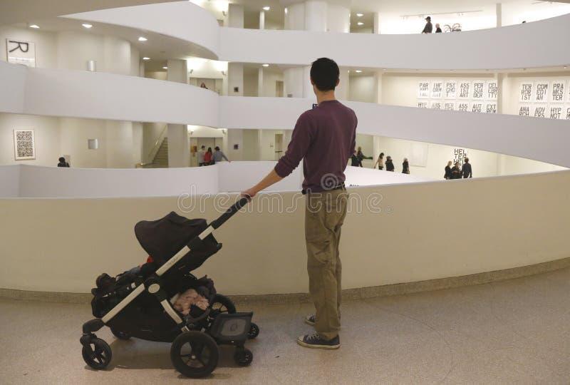 Bezoeker op beroemde rotonde in het Museum van Solomon R Guggenheim van moderne en eigentijdse kunst in New York royalty-vrije stock foto