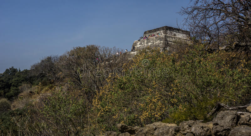 Bezoeker op Mexicaanse tempel stock afbeelding