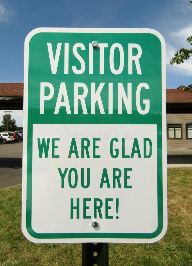 Bezoekerparkeren zijn wij blij u hier bent! teken royalty-vrije stock fotografie