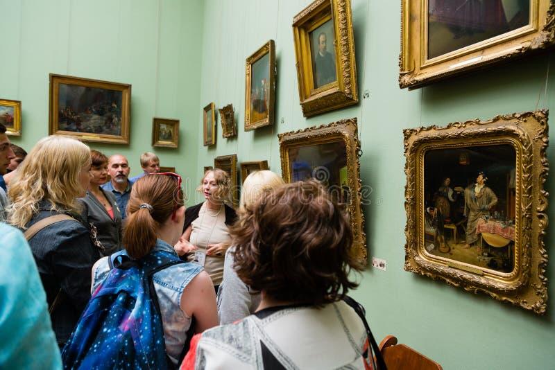 Bezoekers aan de Galerij van Tretyakov van de Staat in Moskou stock afbeelding